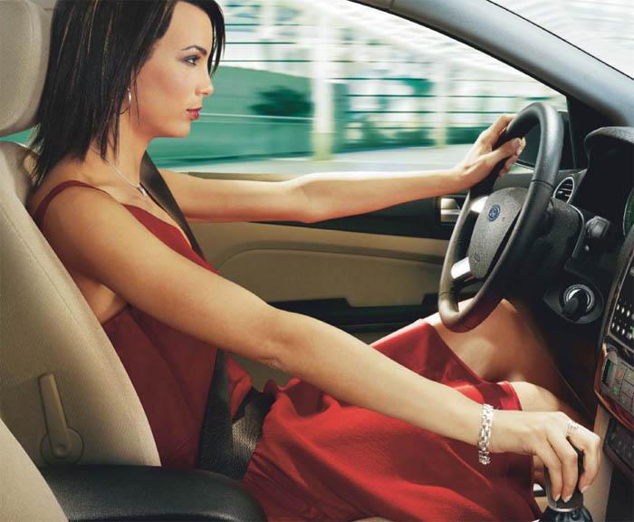 Женщина в юбке за рулем